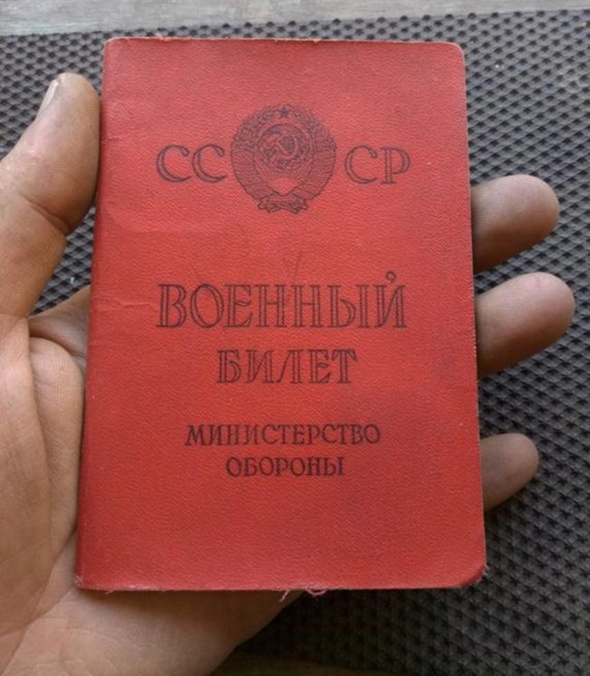 Военный билет в руке