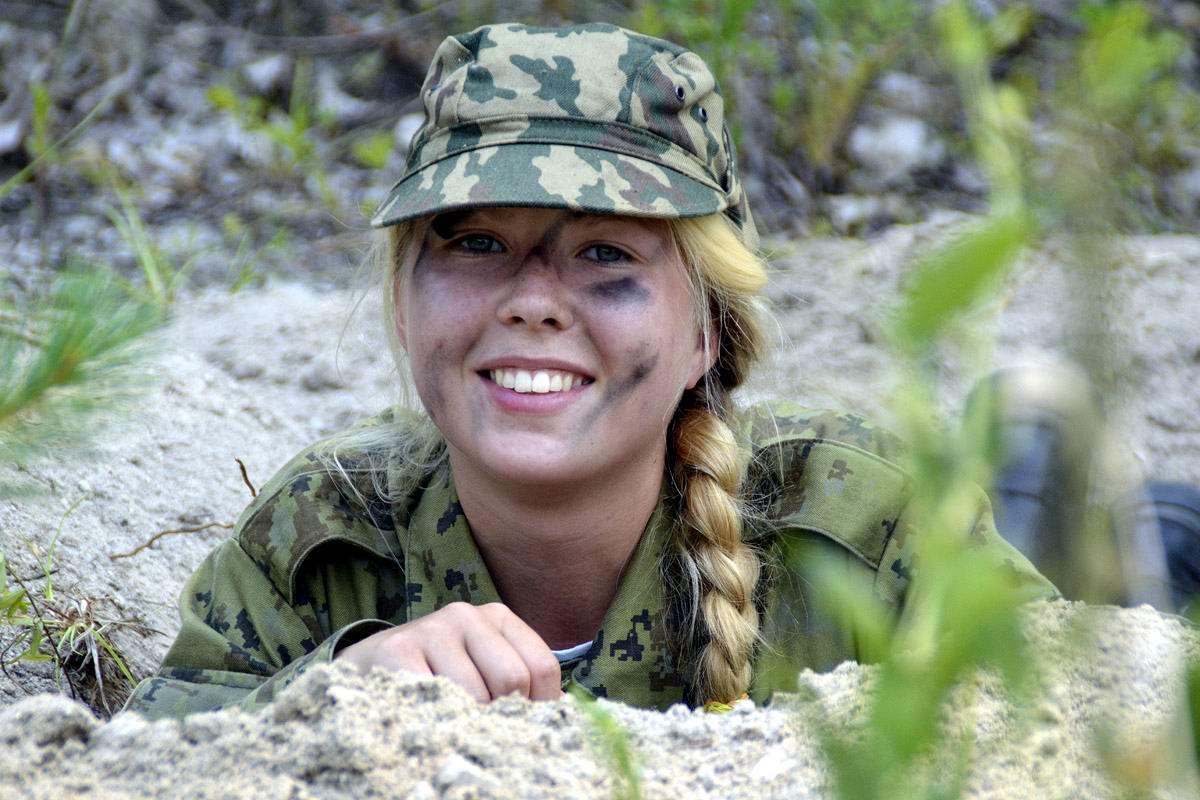 Женщина-военная