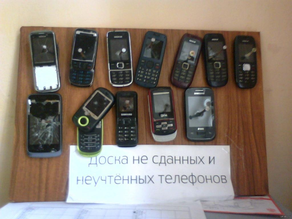 Прибитые к доске телефоны