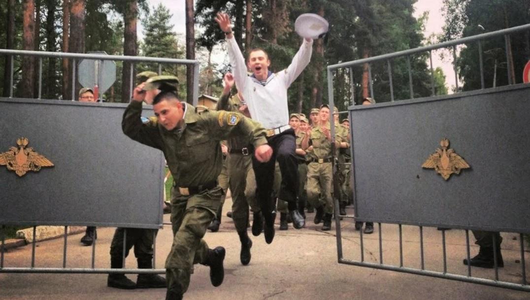 Солдаты покидают часть