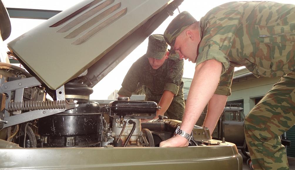 Солдаты ремонтируют грузовик