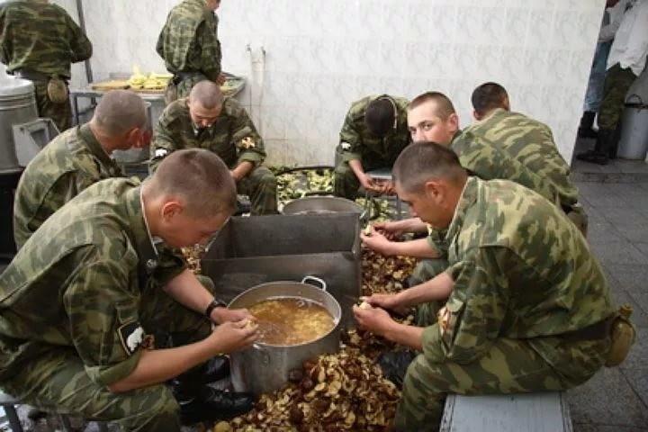 Солдаты чистят картошку