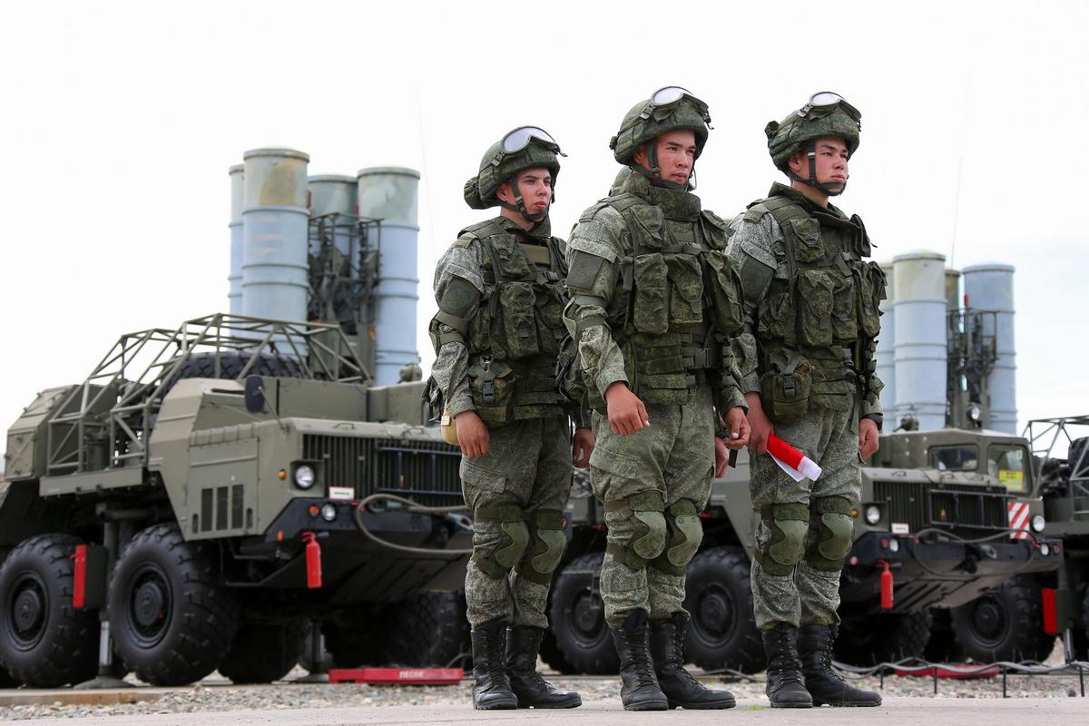 Солдаты на фоне военной техники