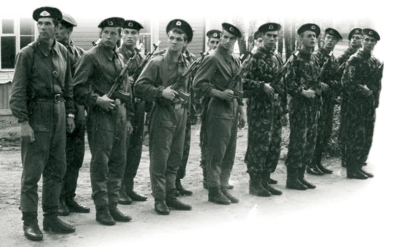 Архивное фото солдат ВВ