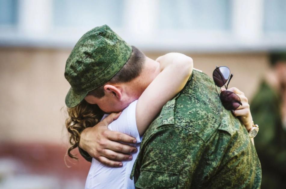 Встреча военного с девушкой
