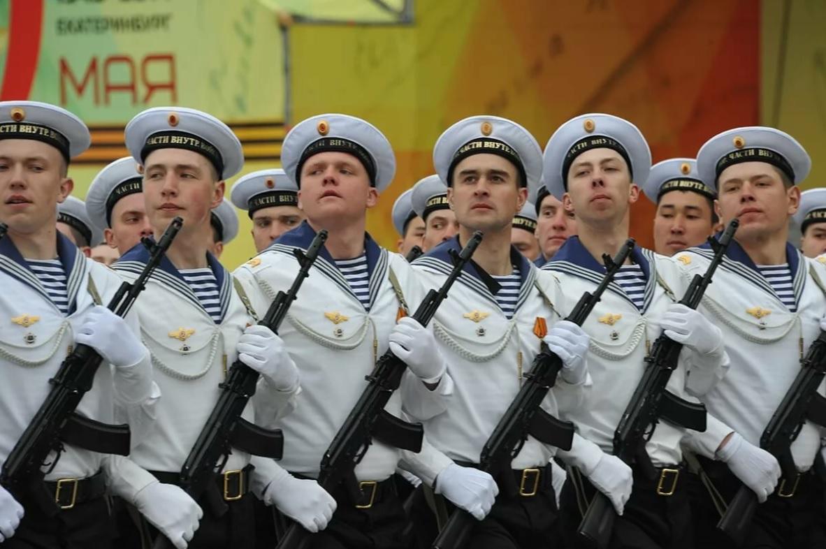 Служащие ВМФ на параде