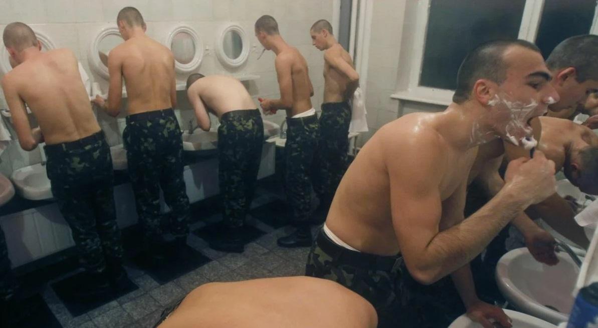 Солдаты умываются