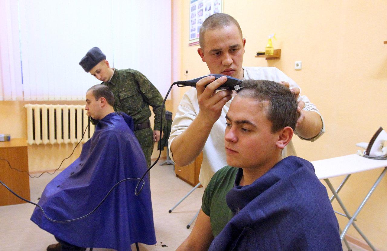 Солдаты стригут сослуживцев