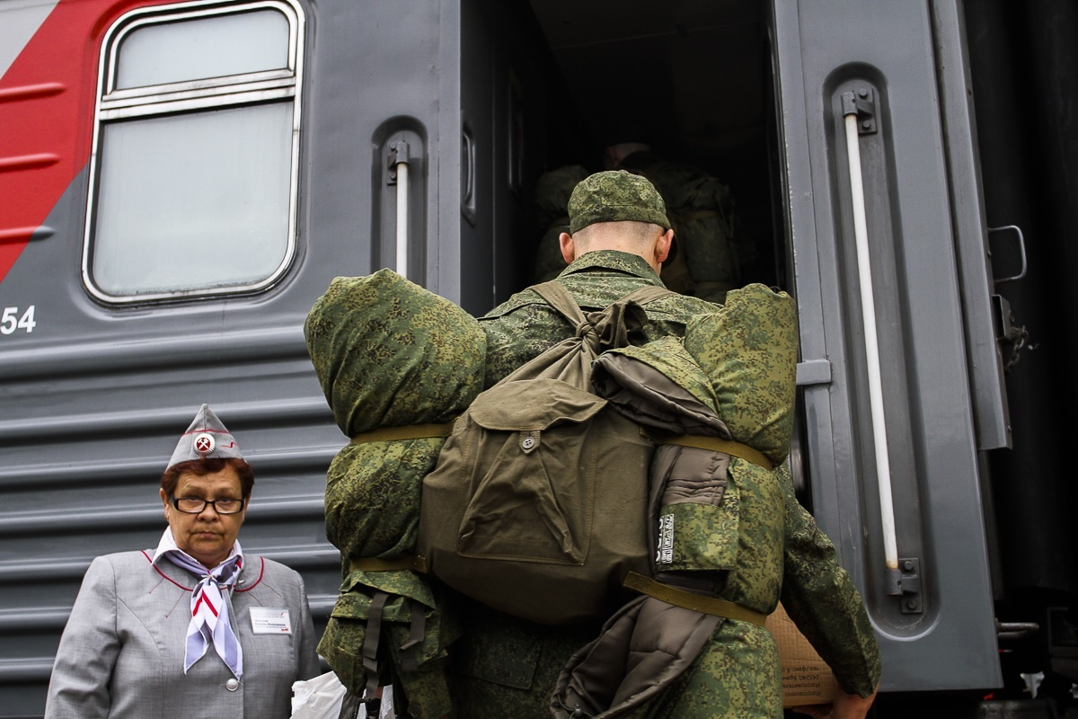 Солдат садится в поезд