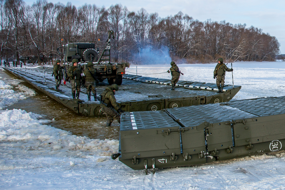 Военные строят мост