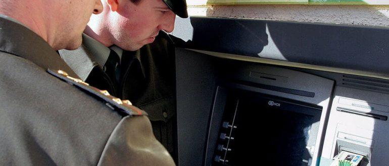 Военнослужащие возле банкомата