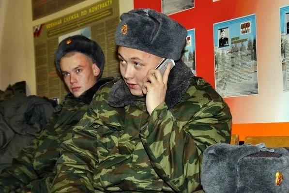 Солдат звонит по телефону