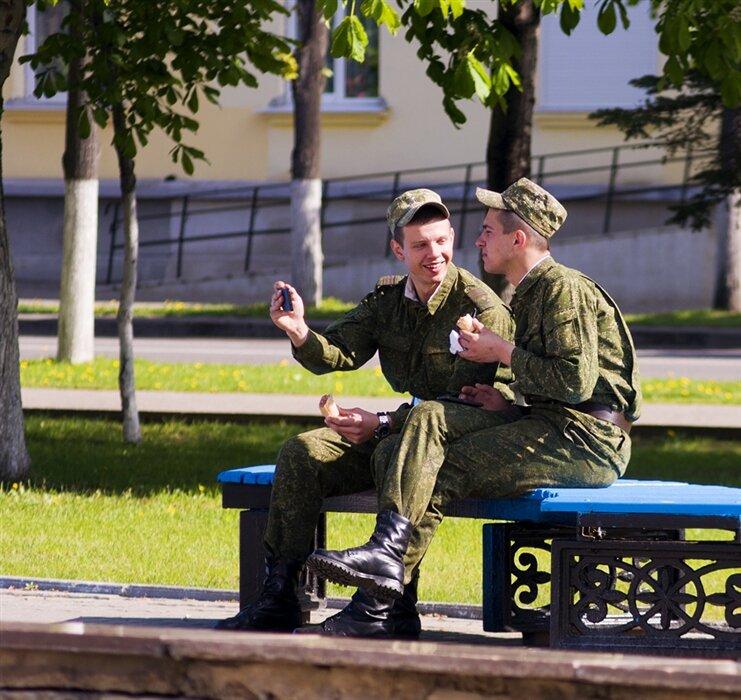 Солдаты в городе во время увольнительного
