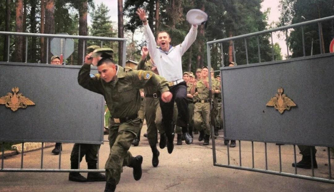 Солдаты выбегают из части