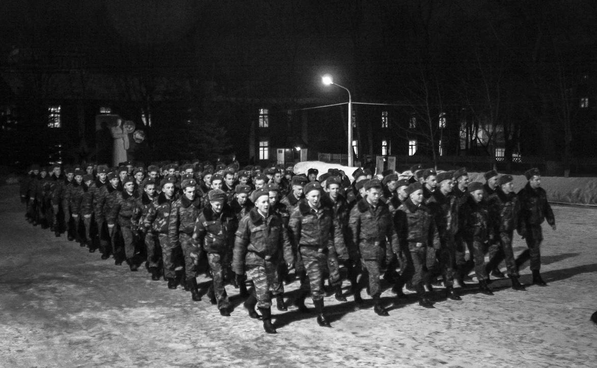 Вечерняя прогулка солдат