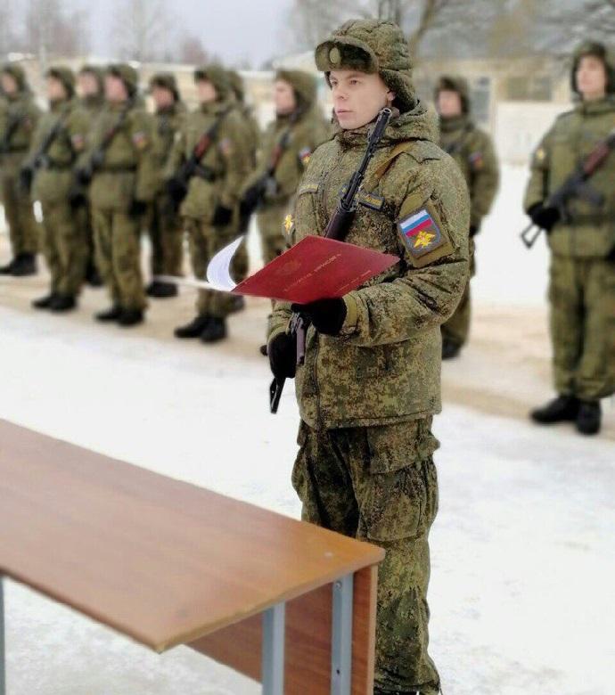 Принятие присяги солдатом зимой