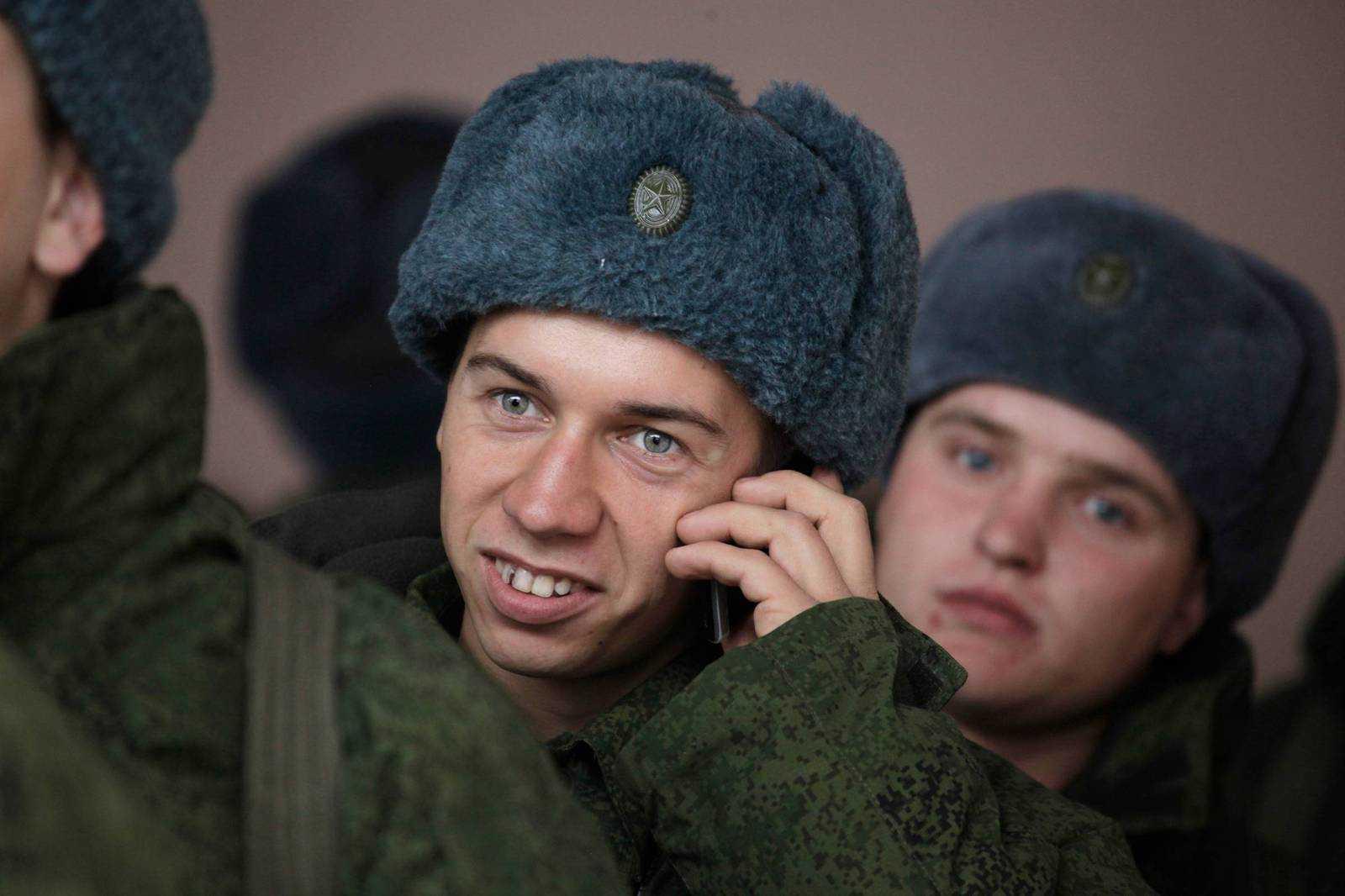 Солдат с сотовым