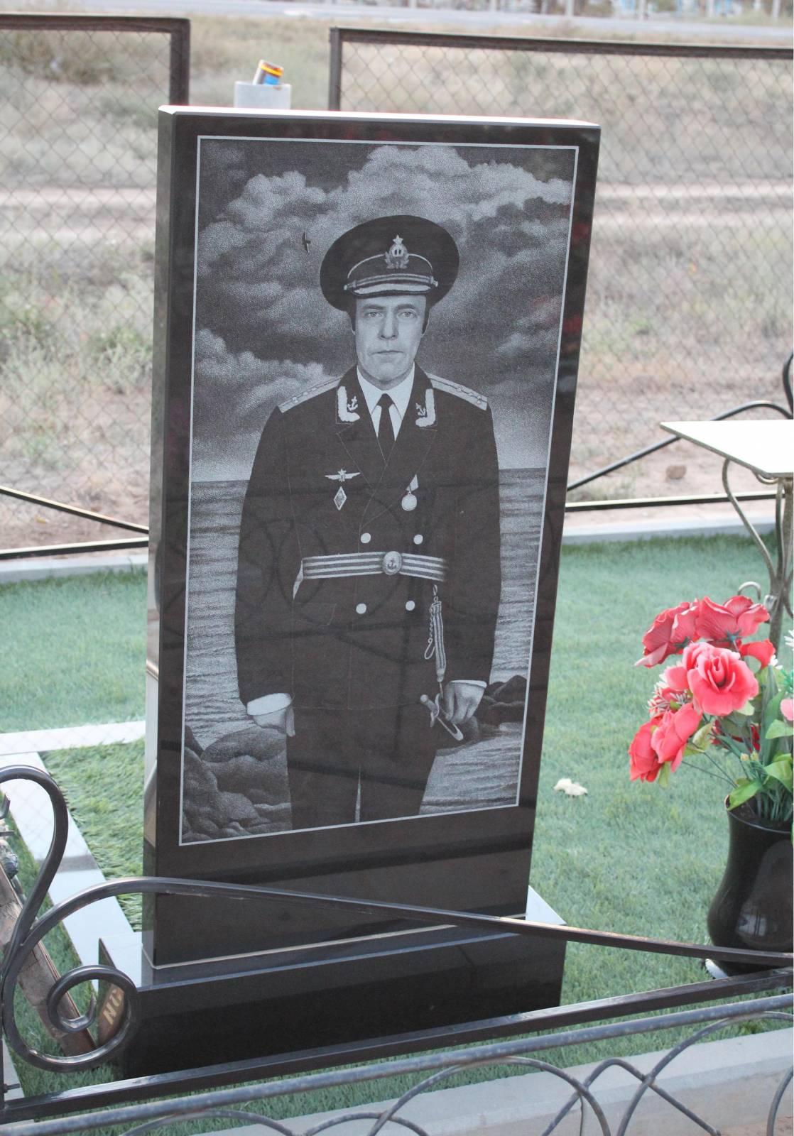 Памятник военнослужащему на кладбище