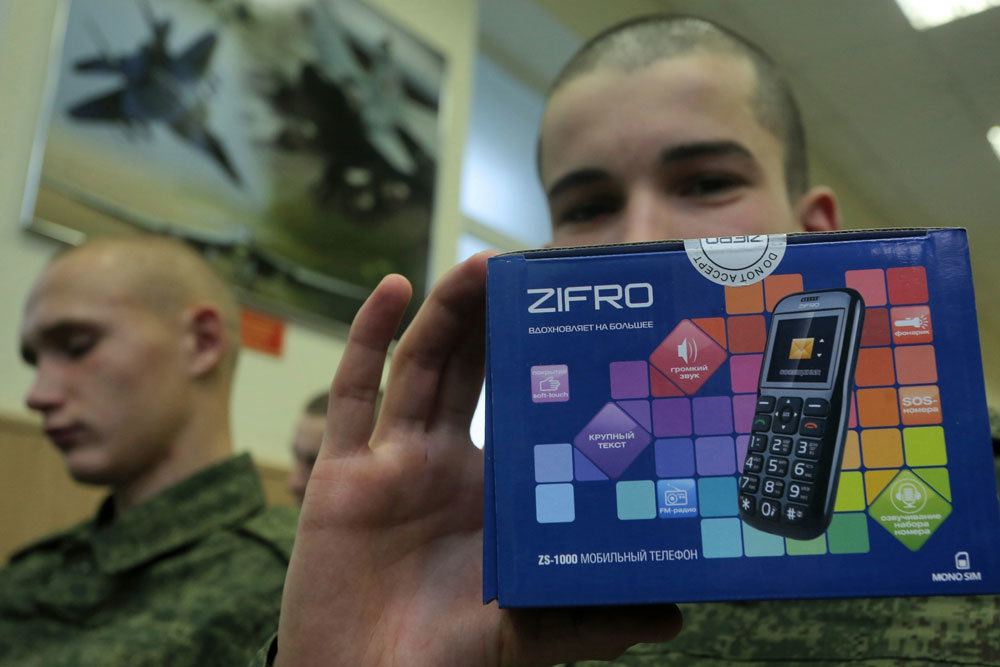 Коробка с телефоном у солдата